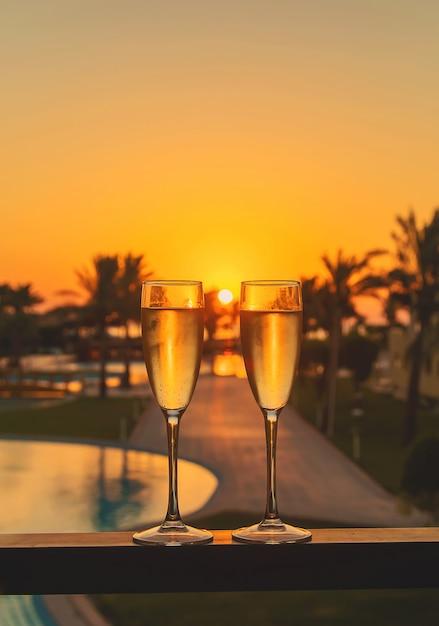 Beba vinho à beira-mar Foto Premium