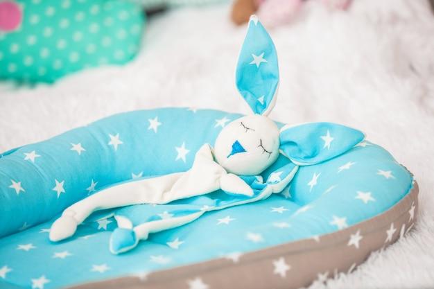 Bebê casulo e brinquedo coelho consolador Foto Premium