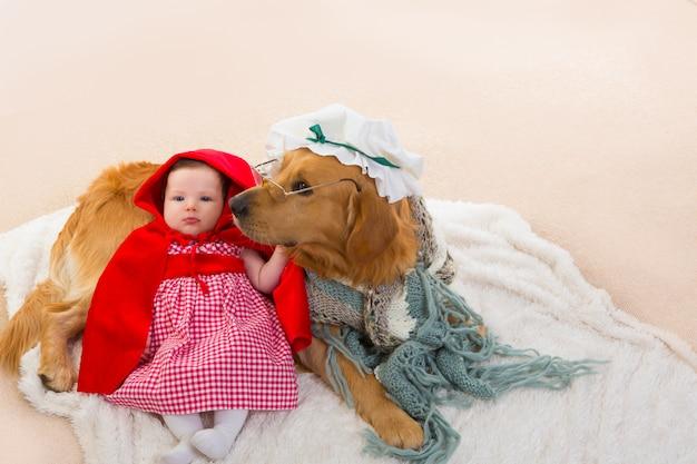 Bebê chapeuzinho vermelho com cachorro lobo como vovó Foto Premium