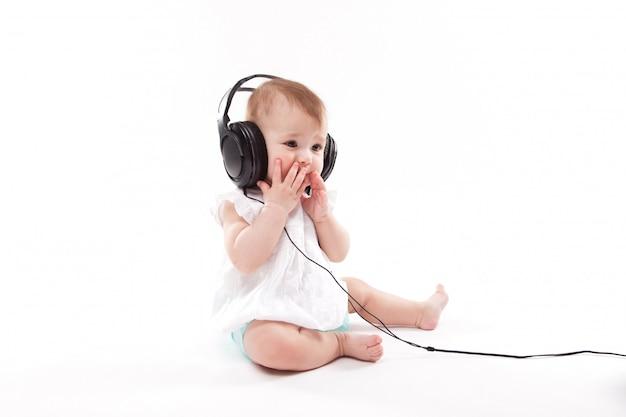 Bebê com fones de ouvido Foto Premium