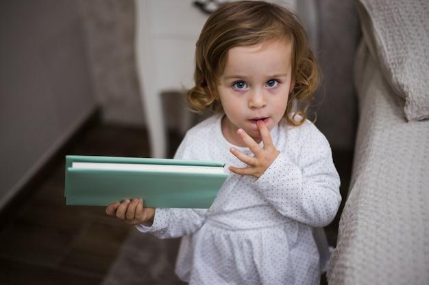 Bebê com livro Foto gratuita
