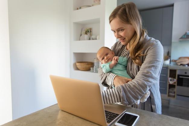Bebê de balanço alegre nova mãe Foto gratuita