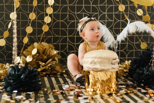 Bebé infantil feliz comemorando seu primeiro aniversário. Foto gratuita