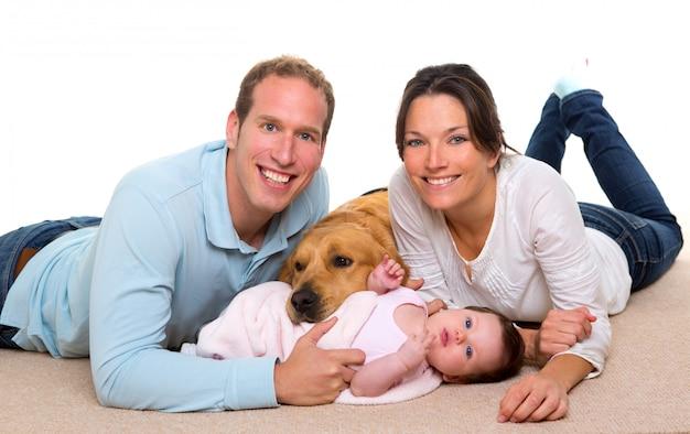 Bebê mãe e pai feliz família e cachorro Foto Premium