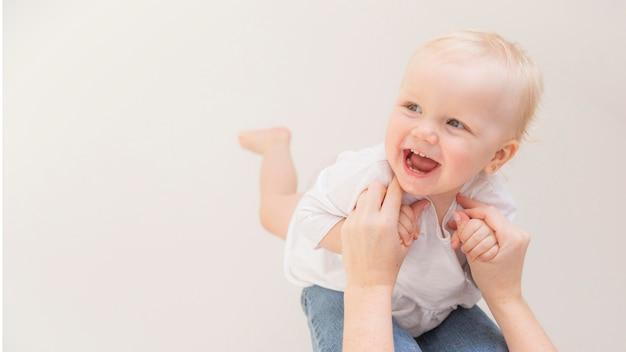 Bebê menina bonitinha brincando com a mãe Foto Premium