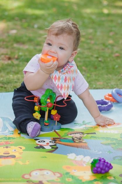 Bebê, menos de um ano brincando com brinquedo Foto gratuita