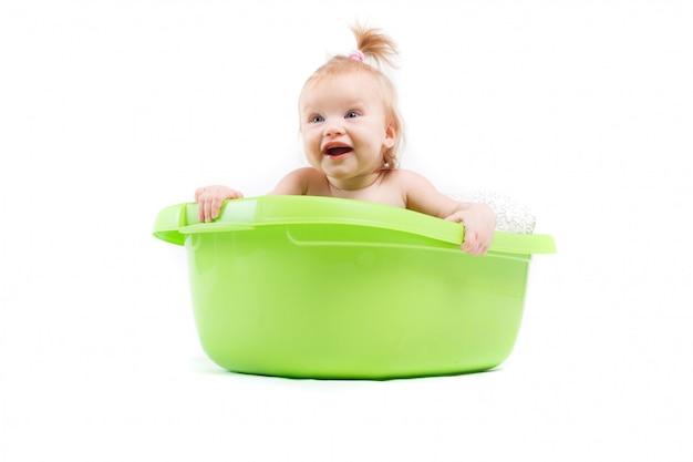 Bebé muito bonito tomar banho na banheira verde Foto Premium