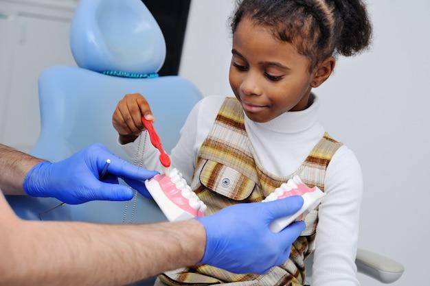 Bebé na cadeira do dentista Foto Premium