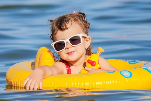 Bebé na praia, pelo mar. foco seletivo. Foto Premium