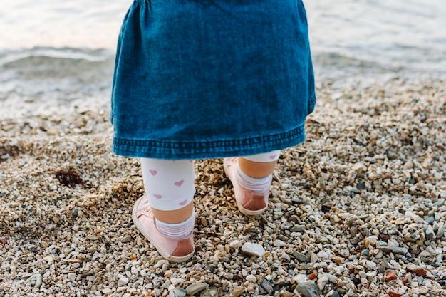 Bebê nas areias da praia Foto gratuita