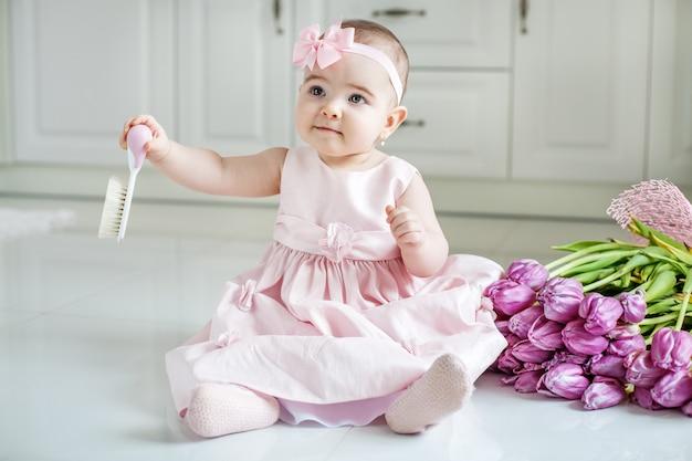 Bebê pequeno que guarda o cabelo do pente o conceito de infância Foto Premium