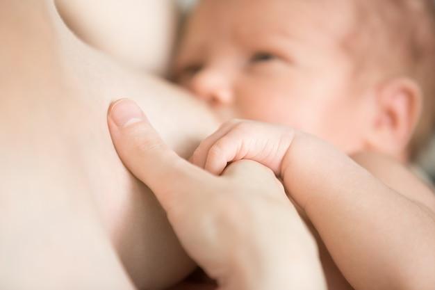 Bebê que bebe de uma caixa Foto Premium