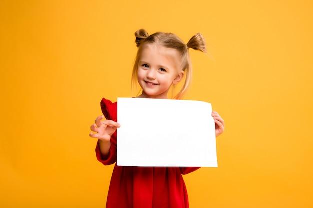 Bebé que prende a folha branca. Foto Premium
