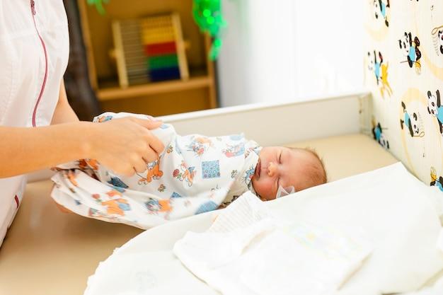 Bebê recém-nascido. criança pequena, em, medicina, hospital Foto Premium