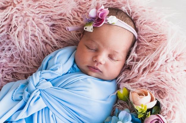 Bebê recém-nascido dormindo no cobertor Foto gratuita