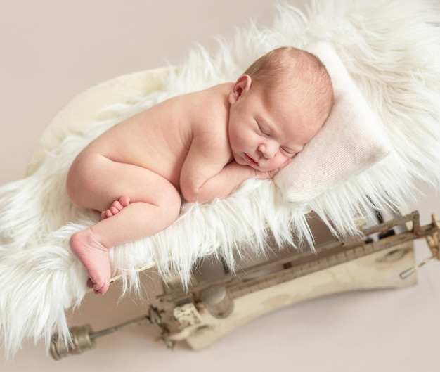 Bebê recém-nascido na escala de peso Foto Premium