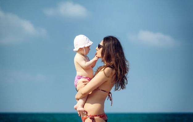 Bebé recém-nascido que joga com mamã. Foto Premium