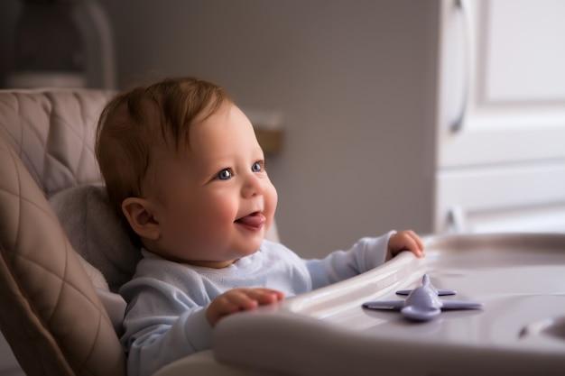 Bebê sentado em uma cadeira alta Foto Premium