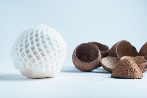 Beber coco e dividir cocos marrons no fundo branco Foto Premium