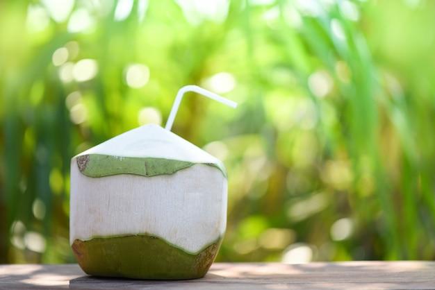 Beber suco de coco fresco beber Foto Premium