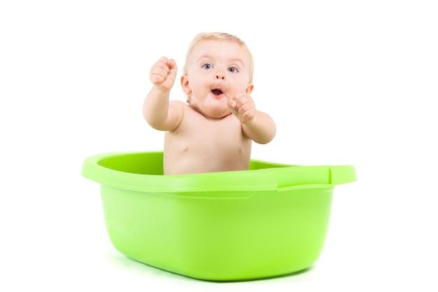 Bebezinho bonito tomar banho na banheira verde Foto Premium