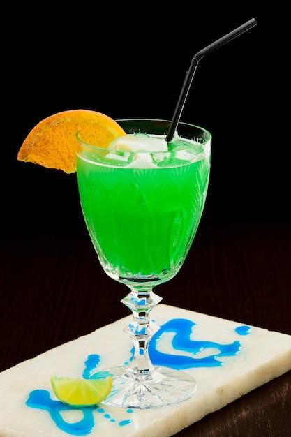 Bebida alcoólica no bar Foto Premium