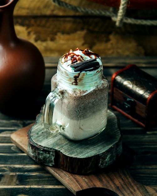 Bebida cremosa de café coberta com biscoito Foto gratuita