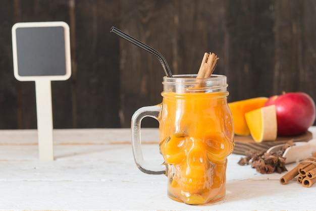 Bebida de abóbora com maçã, canela e anis estrelado Foto Premium