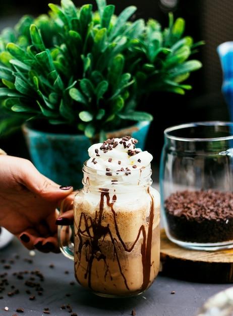 Bebida de café com chantilly e grãos de café Foto gratuita
