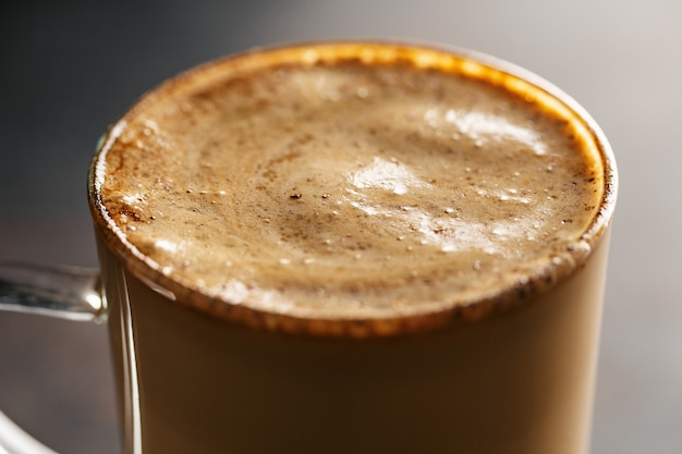 Bebida de café com leite e canela Foto gratuita