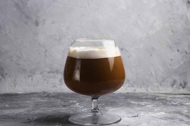 Bebida de café em um fundo de pedra de vidro Foto Premium
