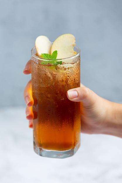 Bebida de chá de maçã gelado com maçãs frescas. Foto gratuita