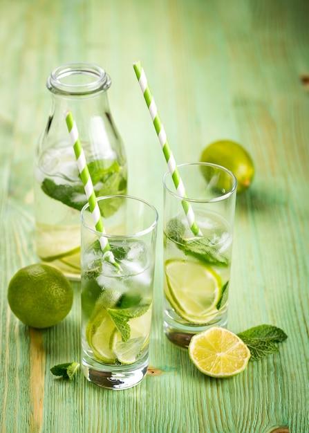Bebida de limonada em uma mesa de madeira Foto Premium