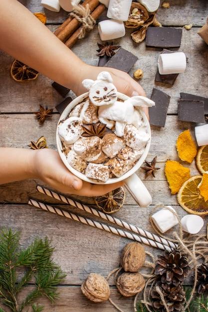 Bebida de natal com gato marshmallow. foco seletivo. Foto Premium