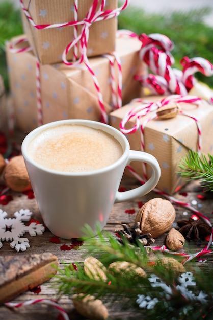 Bebida de natal quente na copa apresenta fundo Foto Premium