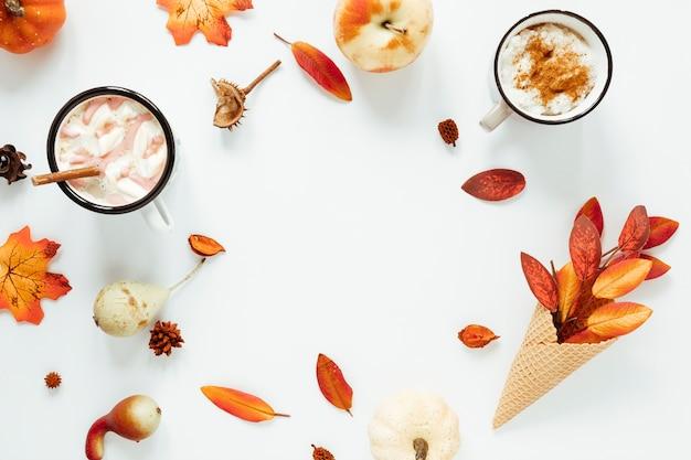 Bebida de outono vista superior com fundo branco Foto gratuita