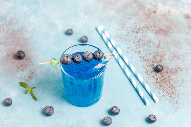 Bebida de semente de manjericão de mirtilo. Foto gratuita