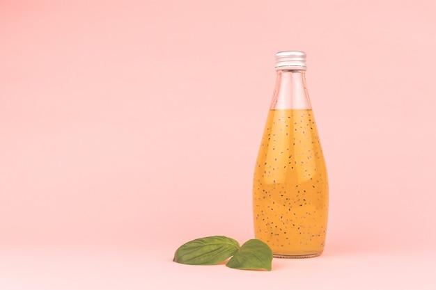 Bebida de semente de manjericão Foto Premium