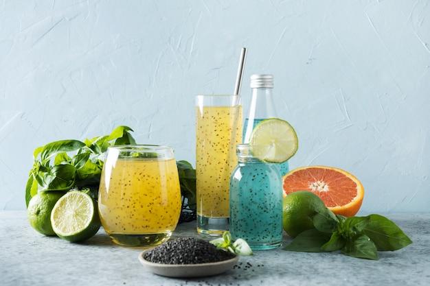 Bebida de sementes de manjericão com suco de laranja e tropical em vidro na luz de fundo. fechar-se. Foto Premium