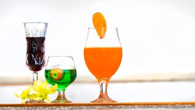 Bebida de verão colorido cocktail na piscina Foto Premium