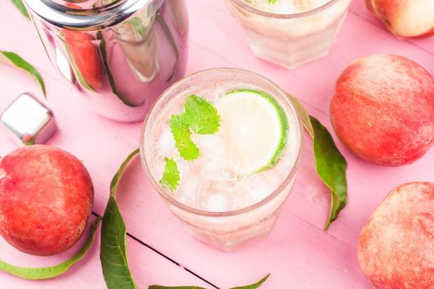 Bebida de verão com álcool frio, coquetel bellini de pêssego gelado com folhas de hortelã, Foto gratuita