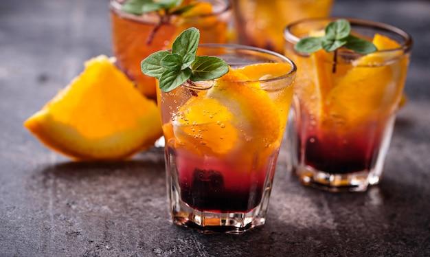 Bebida de verão com laranja e frutas Foto Premium
