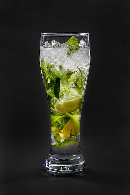 Bebida de verão com limão e hortelã isolado preto Foto Premium