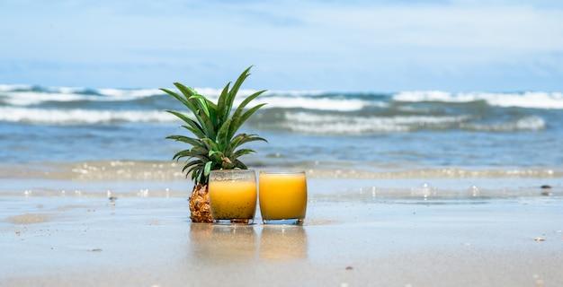 Bebida de verão fresco com abacaxi em uma bela praia Foto gratuita