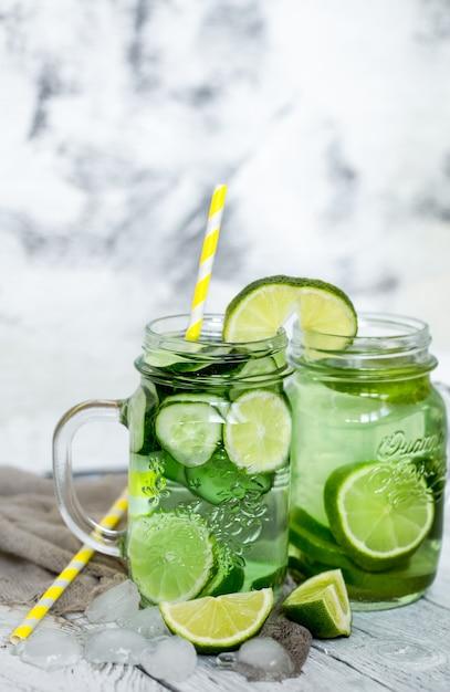 Bebida detox de verão com pepino e limão, o conceito de bebidas refrescantes Foto gratuita