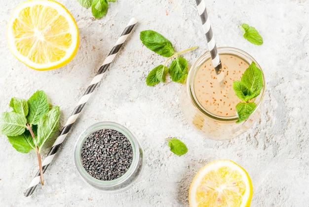 Bebida energética natural, chia fresca, água com infusão ou limonada Foto Premium