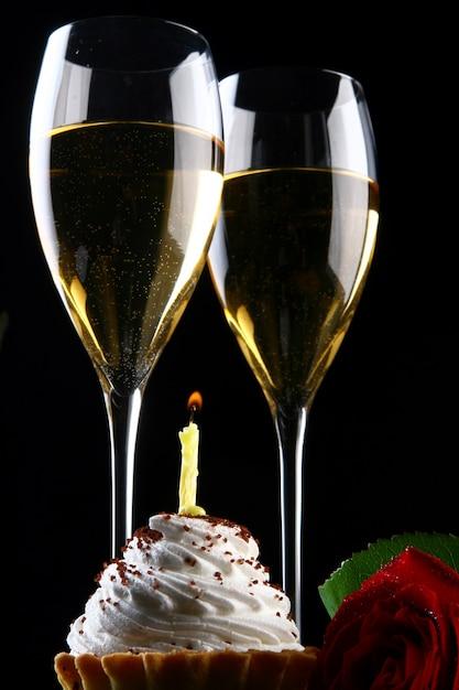 Bebida fresca e muito saborosa e cupcake com vela Foto gratuita