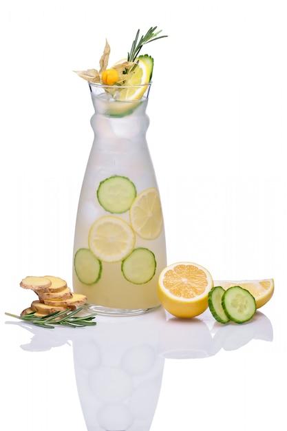 Bebida gelada com gengibre, pepino, limão, alecrim e physalis Foto Premium