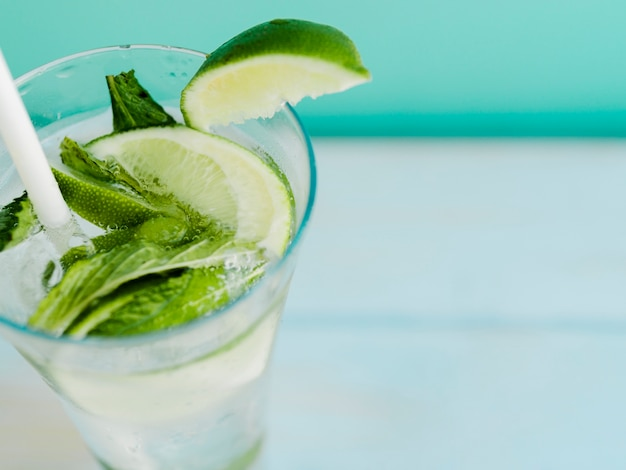 Bebida gelada com limão e hortelã Foto gratuita