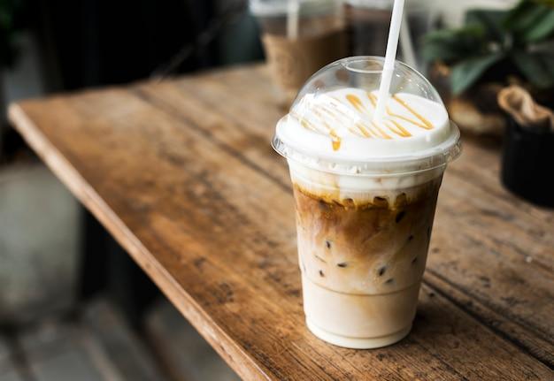 Bebida gelada em uma maquete de copo de plástico Foto gratuita